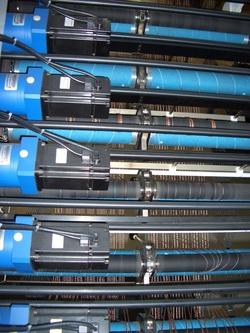 Tufting machine yarn feed attachment